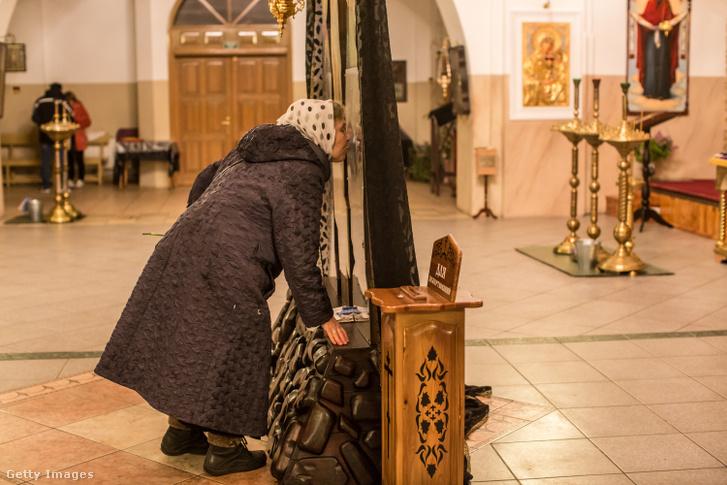 Megcsókolja egy hívő nő az egyik ukrajnai ortodox templomban található szentképet.