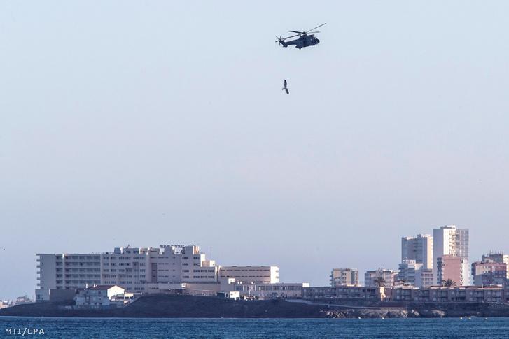 Katonai helikopterrel keresik a spanyol légierő egyik CASA C-101 kiképző repülőgépét amely a Földközi-tengerbe zuhant a Murcia déli tartománybeli La Manga del Mar Menor partjainál 2020. február 27-én.