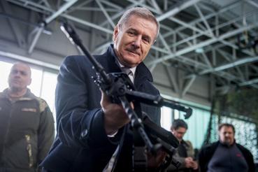 Benkő Tibor honvédelmi miniszter kezében egy Bren 2-es gépkarabéllyal