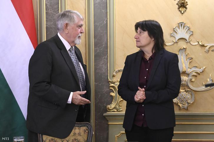 Kásler Miklós az emberi erőforrások minisztere (b) és Hajnal Gabriella a Nemzeti alaptanterv (Nat) megújításáért felelős miniszteri biztos a módosított kerettantervekrõl tartott sajtótájékoztatón a minisztérium tükörtermében 2020. február 21-én.