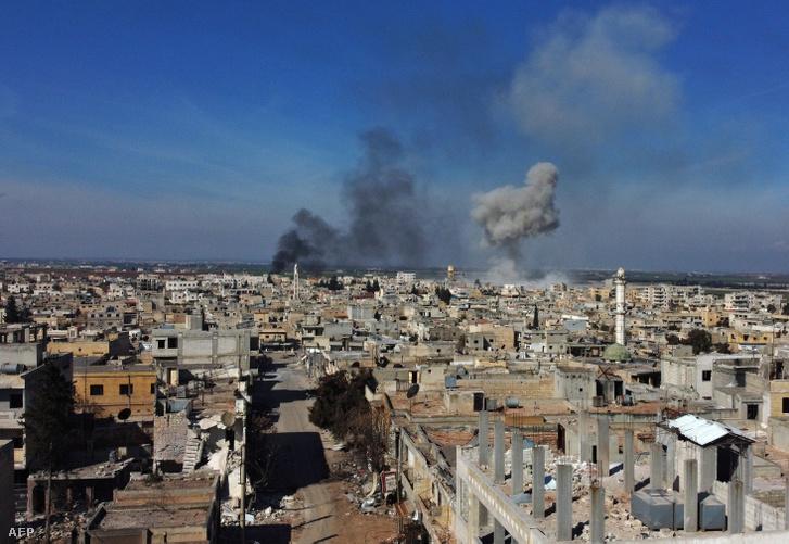 Füst száll fel az idlíbi tartományban található Saraqib városban, miután a szíriai kormányerők bombáztak 2020. február 27-én