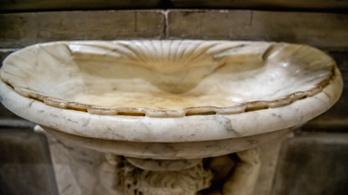 Üresek a szenteltvíztartók több olaszországi templomban