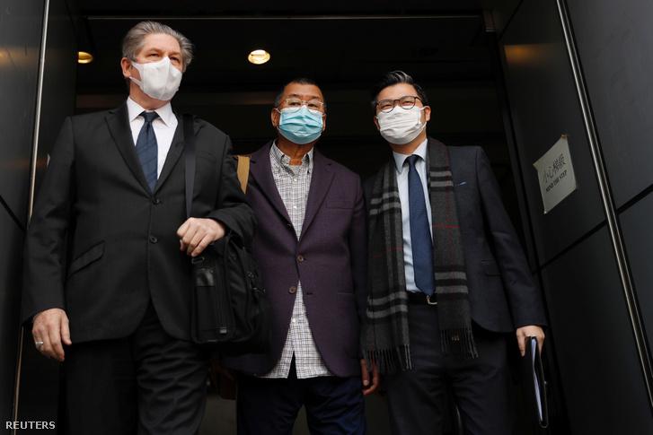 Jimmy Lai (középen) hagyja el a rendőrésig állomást letartóztatása után 2020. február 28-án