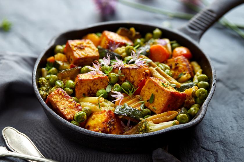 Zöldséges sült tofu: a belseje lágy, kívül ropogós