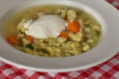 Galuskás karfiolleves sok zöldséggel: klasszikus, nem menzás receptet mutatunk
