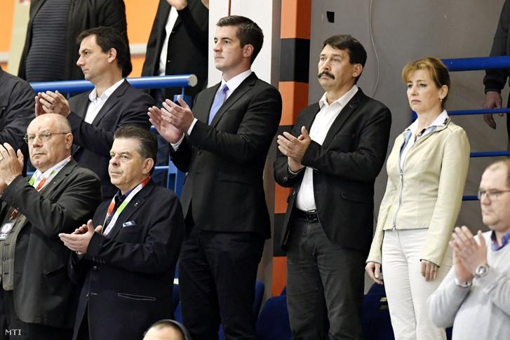 Kocsis Máté a Magyar Kézilabda Szövetség elnöke, Áder János és felesége kézilabda meccset néz az Érd Arénában 2019-ben.