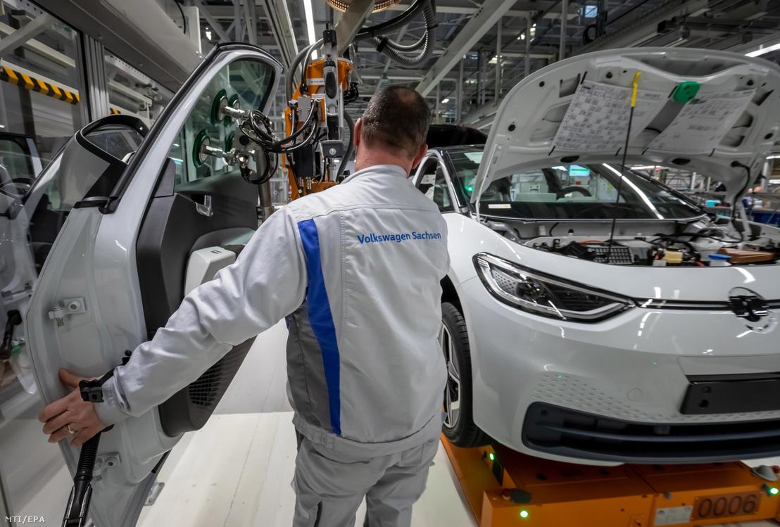 Dolgozó a Volkswagen (VW) zwickaui összeszerelőüzemében 2020. február 25-én. Az előző napon újraindult a koronavírus terjedése miatt leállított termelés a Volkswagen legtöbb kínai gyárában.