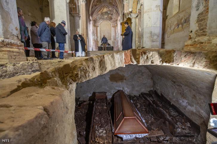 A Csornai Premontrei Prépostsághoz tartozó, felújítás alatt álló türjei Gyümölcsoltó Boldogasszony plébániatemplomban feltárt sírhely