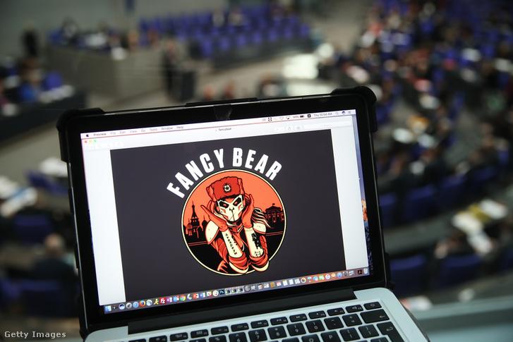 A Fancy Bear hekkercsoport logója egy laptopon a a német szövetségi parlament épületében. Az orosz hekkercsoport korábban a Bundestag belső adathálózatát is támadta.