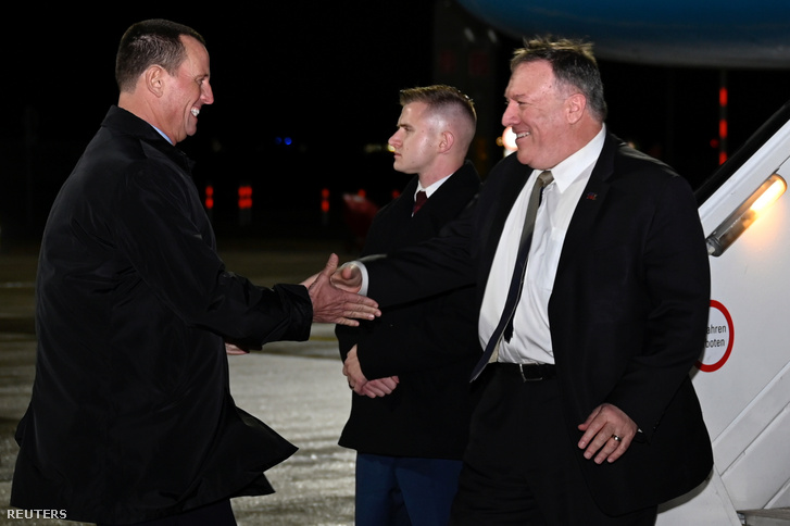 Mike Pompeo amerikai külügyminisztert (j) fogadja Richard Grennel a müncheni nemzetközi repülőtéren 2020. február 13-án. Grennelt pár nappal később Nemzeti Hírszerzési Igazgatónak nevezték ki.