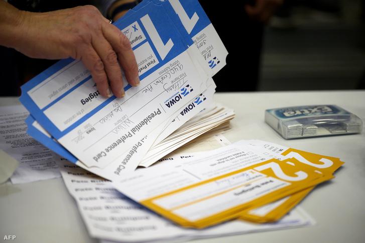 Szavazatokat számlálnak az előválasztás napján, Iowa állam fővárosában 2020. február 3-án.