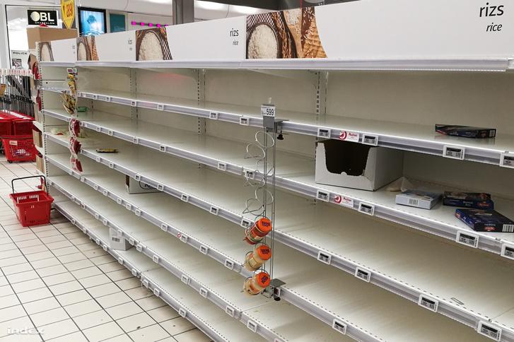 Olvasói fotó egy magyarországi áruházból, ahol elfogytak a tartós élelmiszerek a polcokról