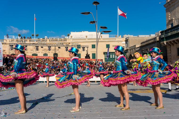 A felvonuláson ingyenes a részvétel, a produkciókat viszont csak azok nézhetik meg, akik jegyet vettek a Szent György téren felállított tribünökre