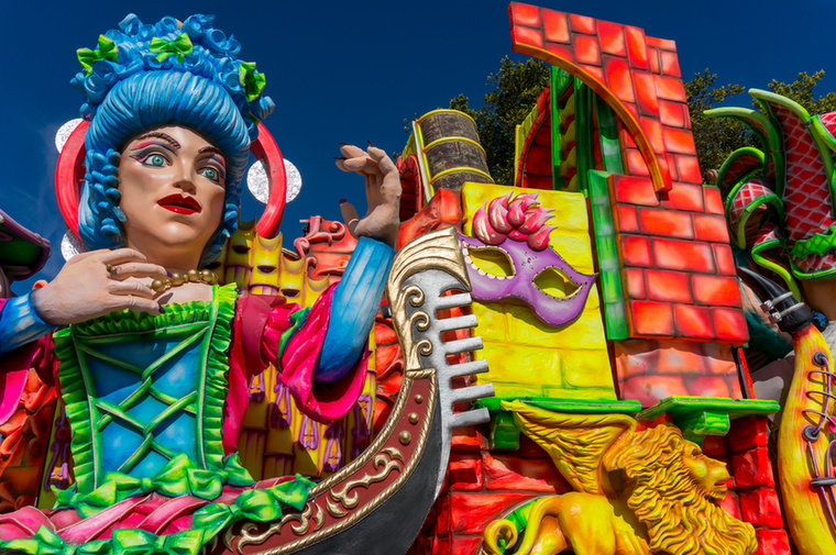 A versenyen részt vevő csoportok általában nagy karneváli múltra visszatekintő családok, akik közé nem egyszerű bekerülni kívülállóként