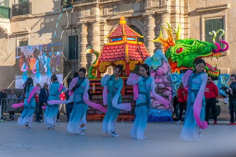 Minden csoport mással igyekszik lenyűgözni a zsűrit: van, aki a jelmezek monumentalitásával és van, aki tánctehetségével
