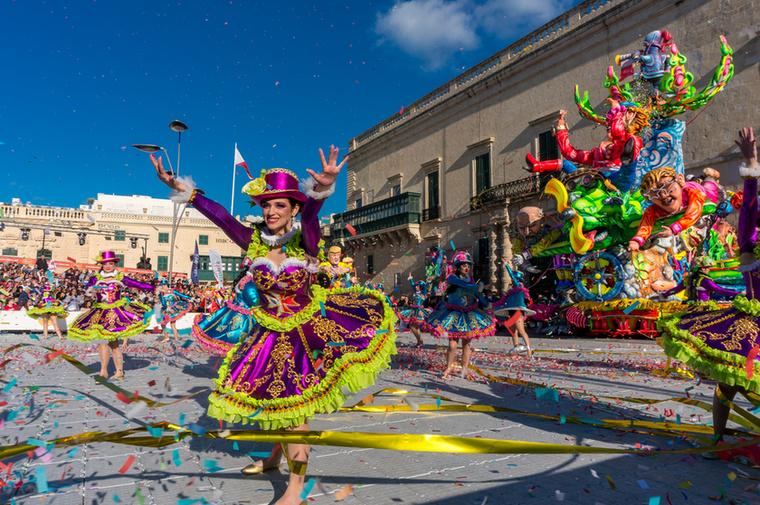 A karneválra a környező városok lakóin kívül rengeteg külföldi turista érkezik