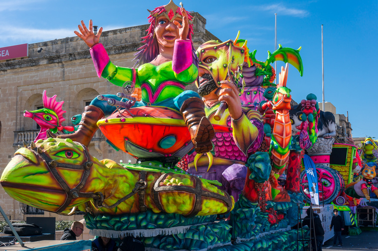 A gyerekek kedvence az ötnapos vallettai karnevál, amelynek résztvevői tematikus kocsikkal, jelmezbe öltözve vonulnak fel a Szent Publius plébániatemplomtól a Szent György térig, ahol előadják koreográfiájukat