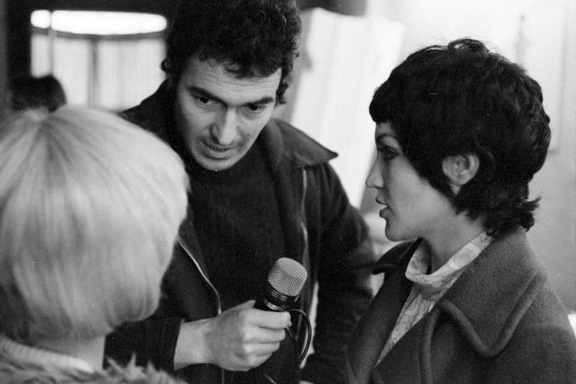 Szilágyi János 1971-ben a Táskarádió műsorvezetőjeként fotómodellekkel beszélget.