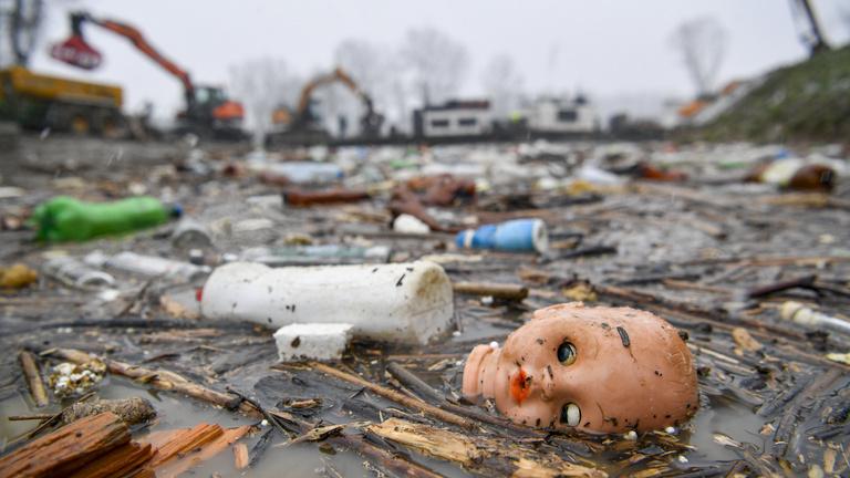Percenként húsz szemét úszik át Ukrajnából, csatasorba állt a vízügy géplánca