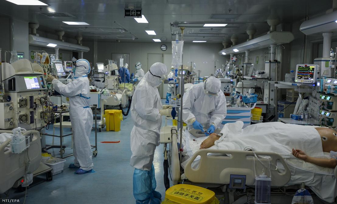 A járványügyi hatóság védőöltözetet viselő munkatársai egy kórház intenzív osztályát készítik elő a tüdőgyulladást okozó új koronavírussal fertőzöttek fogadására a járvány gócpontjában a kelet-kínai Hupej tartomány székhelyén Vuhanban 2020. február 24-én.
