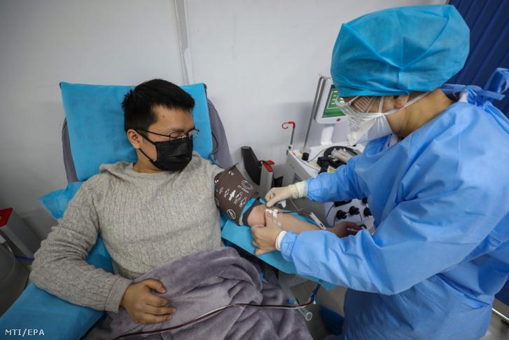 A koronavírus-fertőzésből kigyógyult Dr. Kung Jüe-feng vért ad az egyik vuhani klinikán 2020. február 18-én.