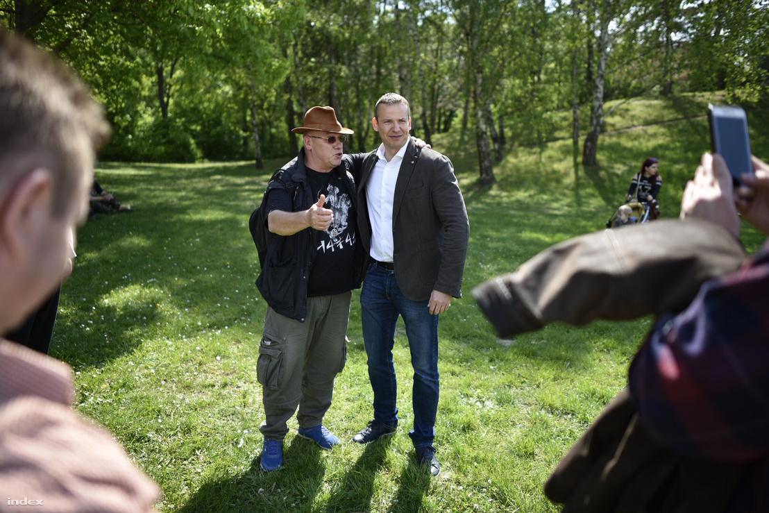 Toroczkai László egy szimpatizánssal a Mi Hazánk május 1-i rendezvényén 2019-ben