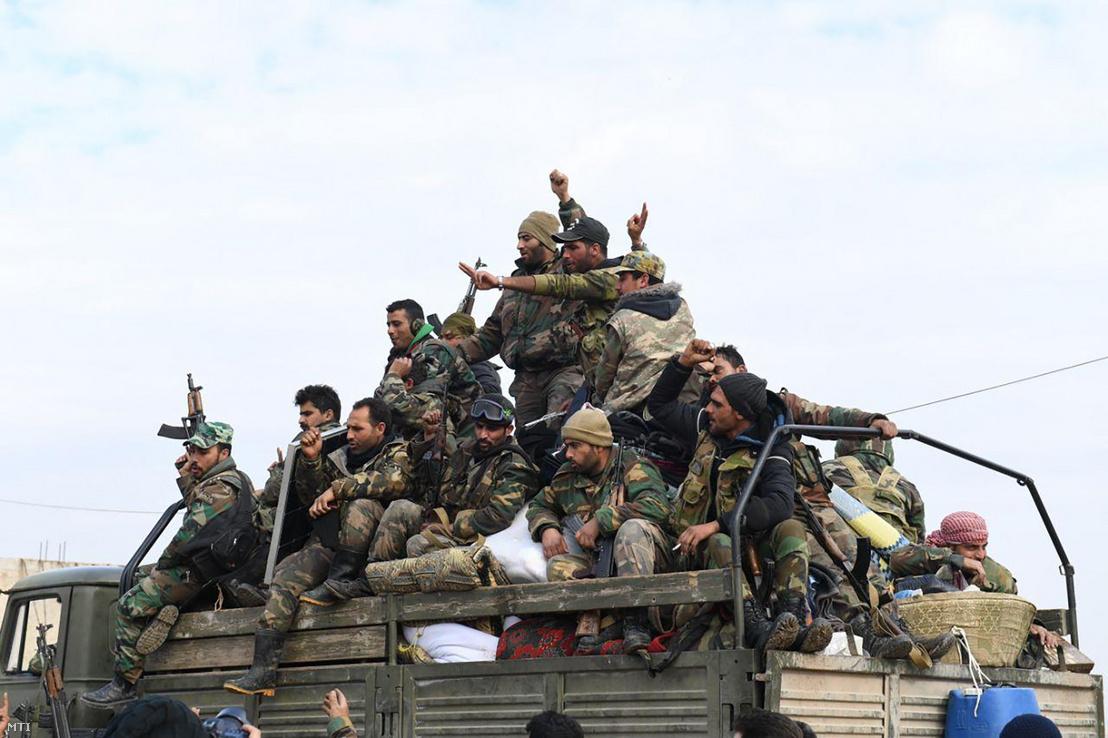 A SANA szíriai állami hírügynökség által közreadott képen szíriai kormánykatonák vonulnak be az északnyugat-szíriai Idlíb tartományban Tel-Tukanba 2020. február 5-én amikor a szíriai hadsereg folytatja offenzíváját az utolsó még a lázadók kezén lévő tartományban.