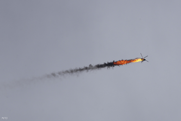 A szíriai kormányerők helikoptere miután a felkelők rakétával eltalálták az Idlíb tartományban fekvő Kaminász falunál 2020. február 11-én. Az északnyugat-szíriai Idlíb az utolsó még a lázadók kezén lévő szíriai tartomány ahol a szíriai hadsereg offenzívában van.
