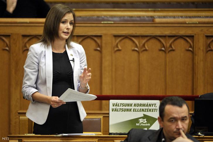 Dúró Dóra felszólal a Országgyûlés plenáris ülésén 2018. októberében.