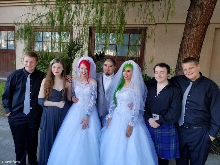 Hát nézzünk pár fotót erről a rendhagyó lagziról! Itt például a két menyasszony rokonai láthatók a kép két szélén.