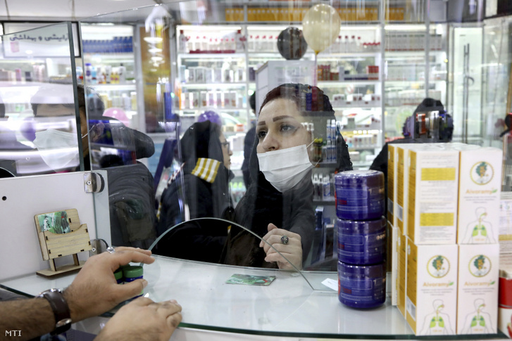Védőmaszkot viselő vásárló egy teheráni gyógyszertárban 2020. február 25-én.