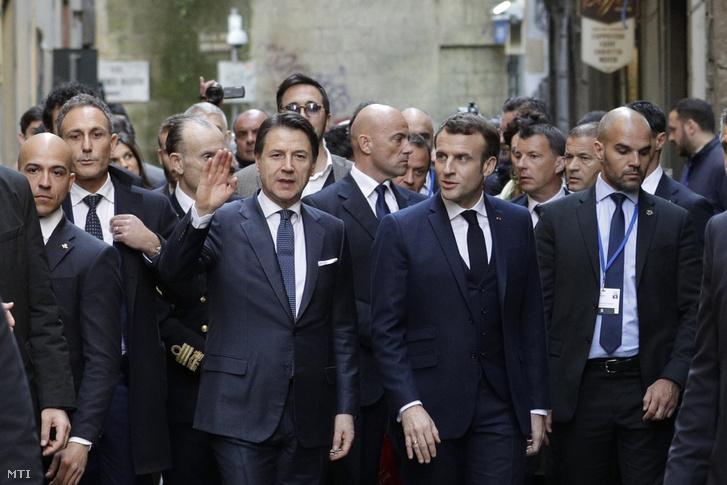 Giuseppe Conte olasz miniszterelnök (elöl b) és Emmanuel Macron francia elnök meglátogatják a nápolyi Sansevero-kápolnát és a Szent Klára kolostort 2020. február 27-én. A hónapok óta tervezett francia-olasz csúcstalálkozó témáit és programjait is jelentősen meghatározza hogy a koronavírus-fertőzés egyik európai gócpontja a Franciaországgal szomszédos Olaszország.
