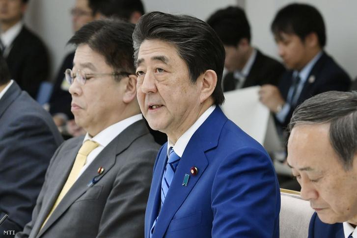 Abe Sinzó japán miniszterelnök a koronavírus elleni harc jegyében alakult kormányfői munkacsoport ülésén Tokióban 2020. február 27-én ahol arra kérte az ország általános és középiskoláit hogy március 2-tól a hónap végén kezdődő tavaszi szünetig ne nyissanak ki.