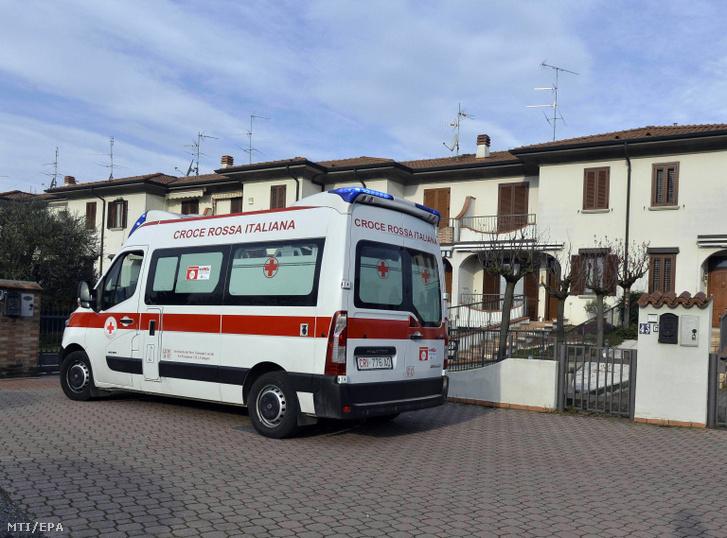 Mentőautó egy kórház bejáratához az észak-olaszországi Codogno településen 2020. február 23-án. A koronavírus-járvány olaszországi terjedése miatt Giuseppe Conte miniszterelnök rendkívüli intézkedéseket jelentett be Észak-Olaszország Lombardia és Veneto régiójában.