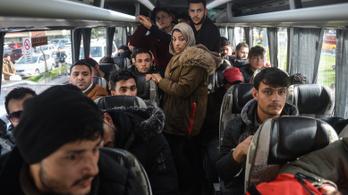 Erdoğan telefonon közölte Orbánnal, hogy nem állítja meg a menedékkérőket