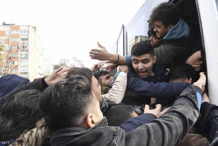 A görög határhoz induló buszok egyikére próbálnak feljutni bevándorlók Isztambulban 2020. február 28-án.