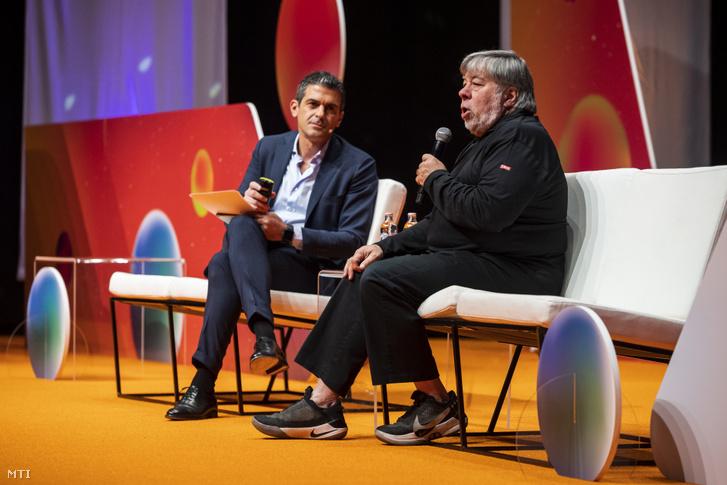 Steve Wozniak az Apple amerikai számítástechnikai óriáscég társalapítója (j) a CIB Bank Novathon 2019 konferenciáján a budapesti Kongresszusi Központban 2019. október 30-án. Mellette Maurice Lisi az Intesa Sanpaolo Nemzetközi Leánybanki Divíziójának digitális csatornák és CRM vezetője.