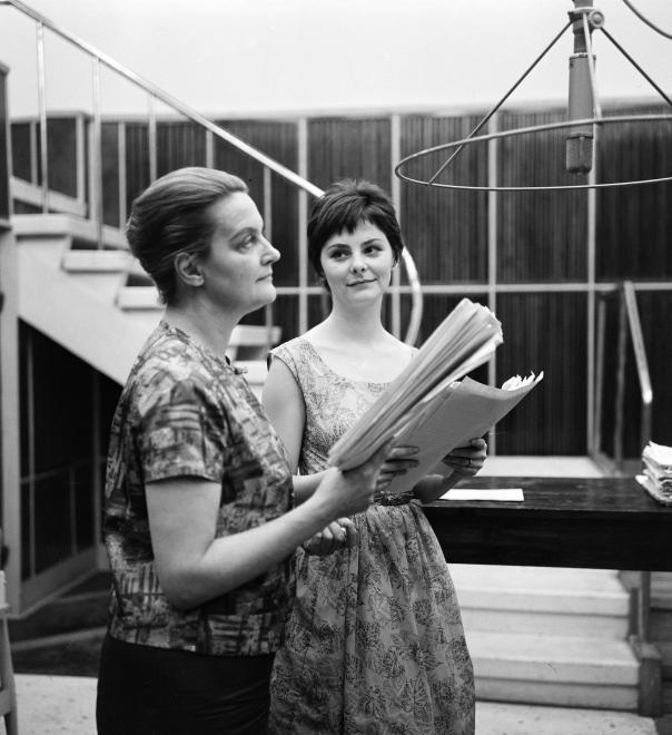 Tolnay Klári és Béres Ilona 1963-ban Az út mellett című rádiójátékának felvételén a Magyar Rádióban.