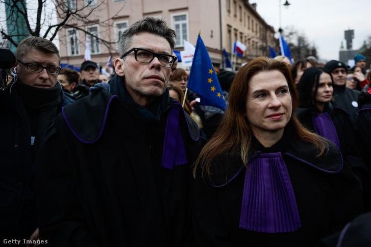 Igor Tuleya (k) a bírói függetlenséget leépítő reform ellni tüntetésen Varsóban 2020. január 11-én