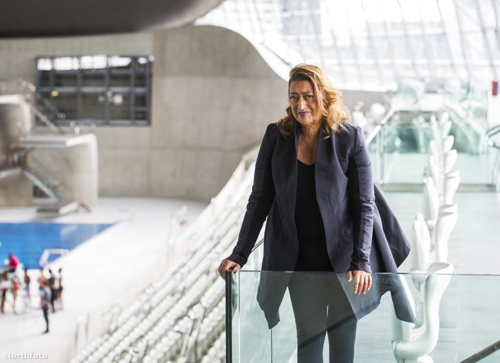 Zaha Hadid a londoni Vízi Sport Centrumban. Az olimpiai létesítmény a tervező munkája alapján épült fel.