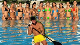 Milliárdos playboyok, akiket luxus-termékek és fürdőruhás modellek vesznek körül