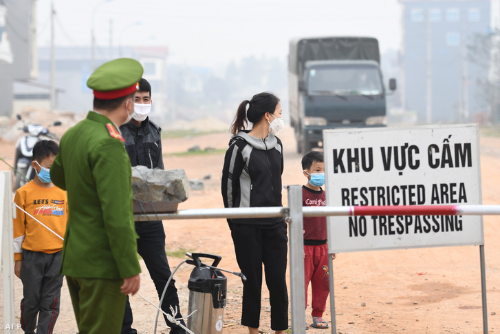 Helyi lakosok a Vietnám Vĩnh Phúc tartományában fekvő Son Loi település határán lévő ellenőrzőponton 2020. február 20-án.