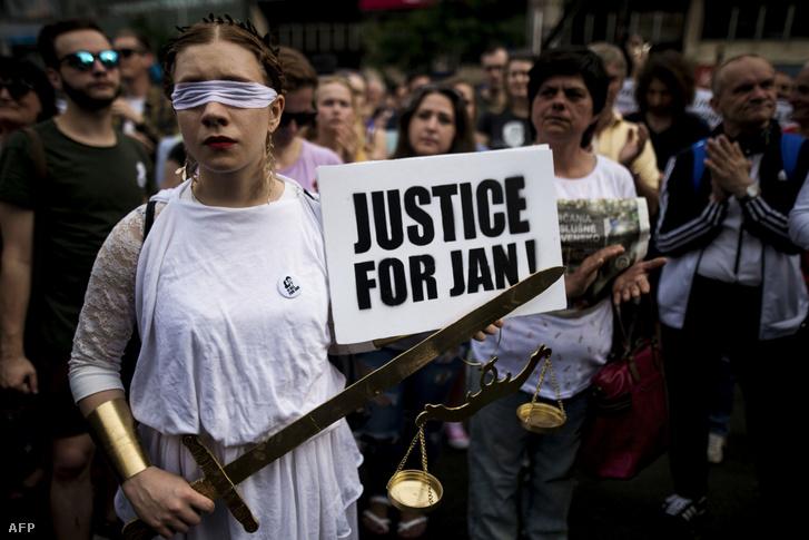 Igazságtételt követelő nő Pozsonyban, 2018. május 4-én, a nyolc héttel Ján Kuciak meggyilkolása utántartott tömegtüntetésen