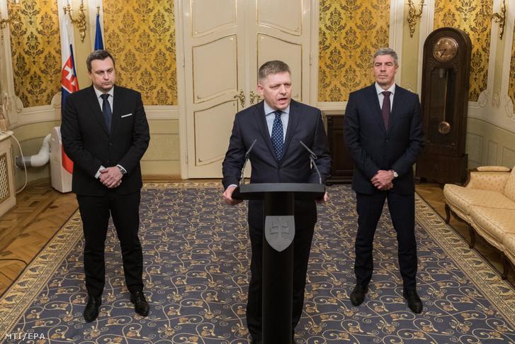 Robert Fico szlovák miniszterelnök (középen) sajtótájékoztatót tart Andrej Danko, a Szlovák Nemzeti Párt (SNS) vezetője (balra) és Bugár Béla a Most-Híd szlovák-magyar vegyes párt elnöke jelenlétében a pozsonyi kormánypalotában 2018. március 14-én. Fico ekkor jelentette be, hogy bizonyos feltételekkel kész lemondani a kormányfői tisztségről.