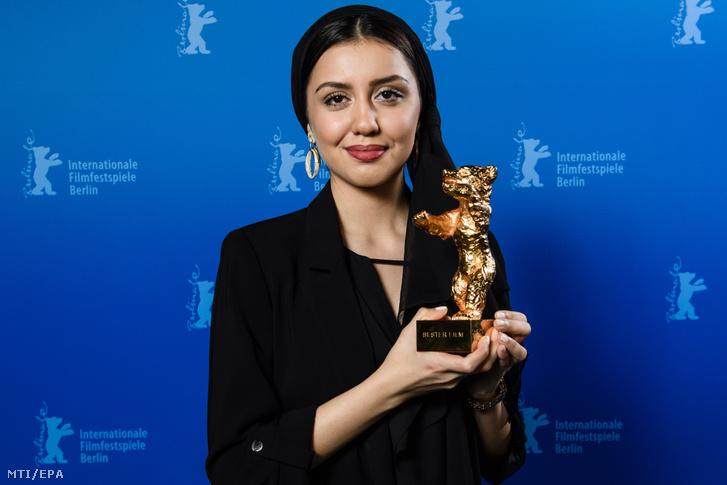 Baran Raszulof iráni színésznő, miután Mohamad Raszulof rendező nevében átvette a legjobb filmnek járó Arany Medve-díjat.