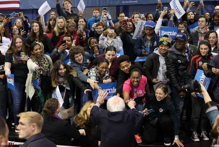 Sanders üdvözli támogatóit a szombati dél-karolinai kampány estjén Virginia Beachen