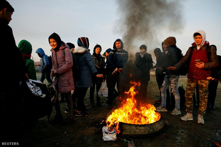 Menekültek állnak a tűz körül közel a török határhoz az Evros folyónál, hogy átkeljenek Görögországba a mai napon
