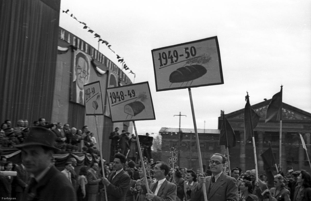 Május elsejei felvonulás 1947-ben. Ebben az évben kezdődött a 3 éves terv, amelynek célja a háború utáni magyar gazdaság talpra állítása volt, és amit később még hét 5 éves terv követett. Az 1948-ban induló élmunkásmozgalom eredményeit és százalékait úgy ontották a napilapok, mint manapság a sporteredményeket a tippmix, hosszan foglalkoztak vele a híradók is. A kenyérgyárak lelkesen csatlakoztak a később Sztahanovról elnevezett mozgalomhoz.