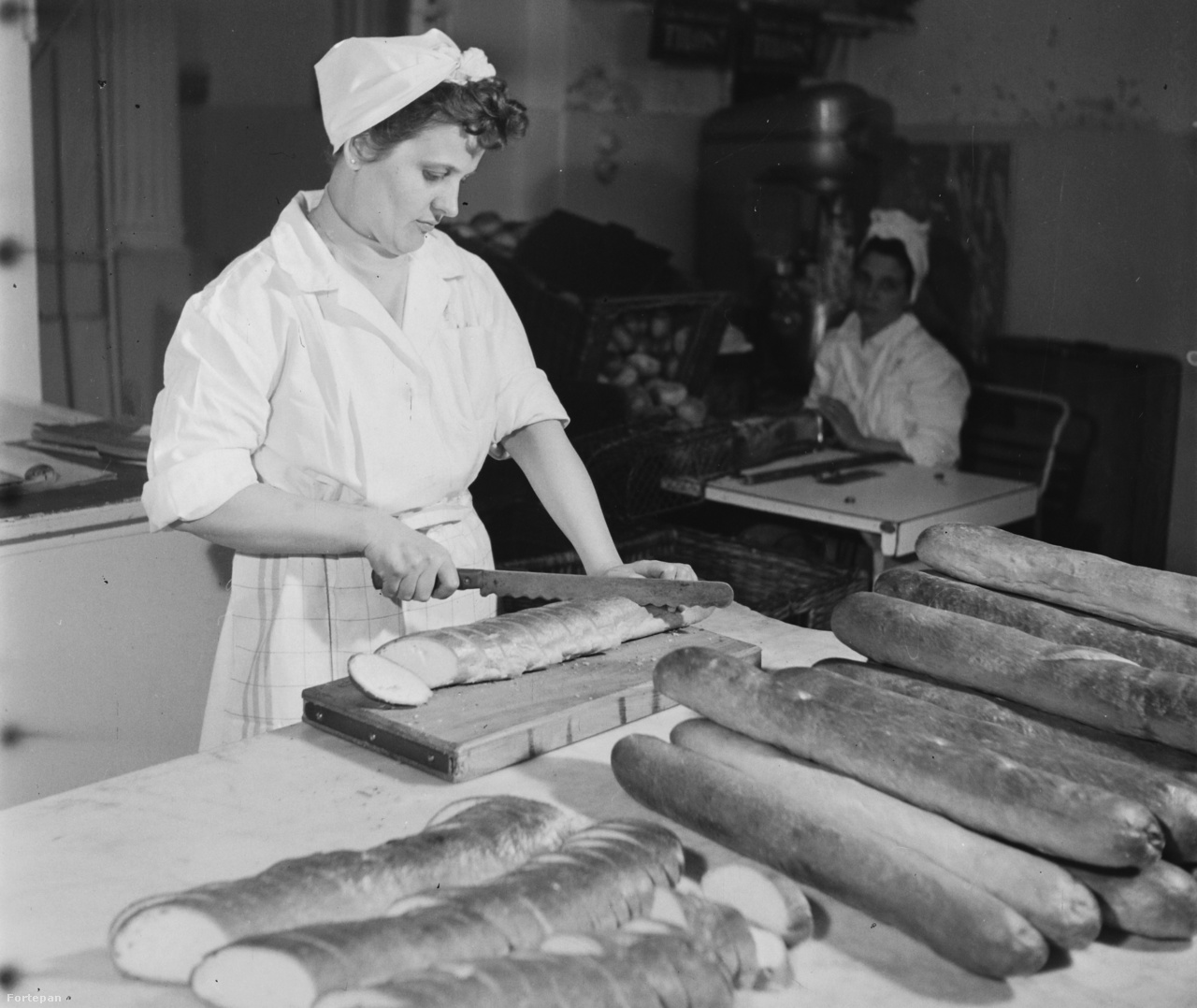 A Százados úti kenyérgyárban 1960-tól egy újításnak köszönhetően a leselejtezett zsemleformázó gépekből zsúrkenyér gömbölyítésére alkalmas gépeket szerkesztettek. Addig kézi erővel 3 perc alatt két zsúrkenyér készült, az új géppel háromszor annyit, 6 darabot lehetett gyártani. Szükség is volt rá, hiszen a Sütőipari Vállalatnál 1957-ben a napi 180 mázsa fehérkenyér és 45 mázsa péksütemény mellett csak 6 mázsa zsúrkenyér készült. Pedig a vendégváró háziasszonyok nagyon kedvelték, ferdén, egyenlő vékonyságú szeletekre felvágva megfelelő anyagokkal és módon díszítve készítettek belőle szendvicset, tojáspástétommal, körözöttel, gépsonkával.