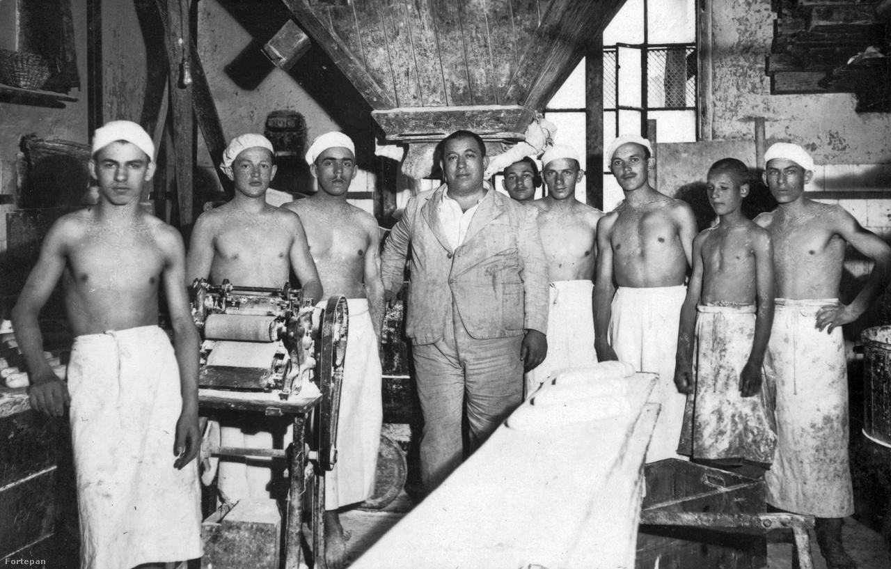 A XIX. század elején még megkülönböztették a péksüteményt készítő fehérpékeket és a fekete kenyeret sütő feketepékeket. A pékek zárt céhbe szerveződtek, a mesterség apáról fiúra szállt. Közösségük is zárt volt, a pékek pékcsaládból választottak maguknak feleséget, és az özvegyasszonyok második házasságukat is pékkel kötötték. Az első világháború után a növekvő számú népesség igényei miatt új műhelyek alakultak, a családi cégek alkalmazottakkal bővültek, egyre több és egyre modernebb gép került az üzemekbe. Ezen az 1930-as fotón egy tésztagép mellett pózol a feltételezhető tulajdonos, munkásai társaságában.